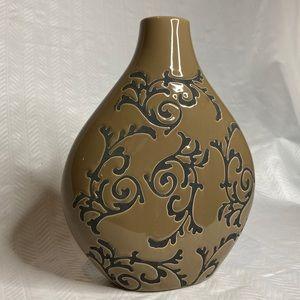 Brown/black vase.